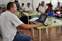 V Azylovém domě pro ženy a matky s dětmi ve Vsetíně se v pondělí 22. srpna 2011 konala závěrečná konference k projektu nazvanému Rodina není překážka
