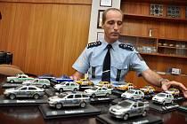 Vedoucí územního odboru Policie ČR ve Vsetíně Bohdan Varyš už několik let sbírá modely policejních vozů. Jeho sbírka čítá takřka čtyři desítky kusů.