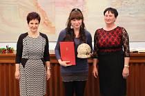 Eliška Rutar Černá (na snímku uprostřed) působí v rožnovském Středisku volného času. Ocenění převzaly také Markéta Grůzová (vlevo) a Zdeňka Kypetová (vpravo).