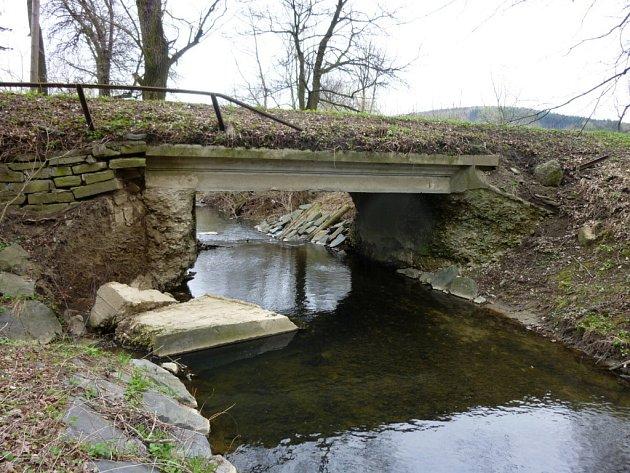 V Brankách u Valašského Meziříčí začínají v pondělí 4. června 2012 s opravami opěrné zdi a mostu, které poničila povodeň v roce 2010.