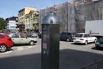 Ve Vsetíně přibyly tři nové parkovací automaty. Zatím jsou však mimo provoz. Na fotce přístroj před věžákem u autobusového nádraží.
