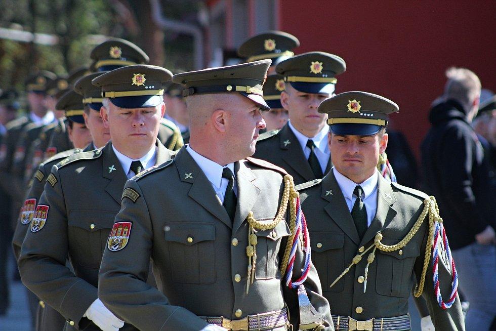 Vojáci Armády České republiky při pietním aktu k 74. výročí vypálení obce Prlov; sobota 20. dubna 2019