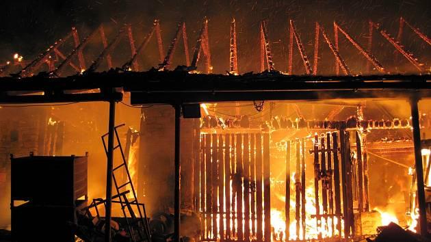 Stodolu v Policích pohltily plameny