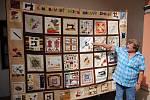Zakládající členka 1. Moravského patchworkového klubu Božena Hambálková před kolektivním dílem patchworkářek z celého Česka, které je součástí výstavy v podloubí zámku Žerotínů ve Valašském Meziříčí; pátek 16. srpna 2019