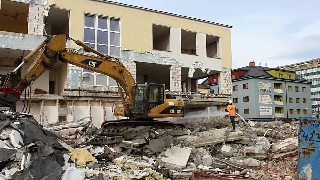 21efc75cc Budova bývalé banky ČSOB ve Vsetíně u nádraží se poroučí k zemi ...