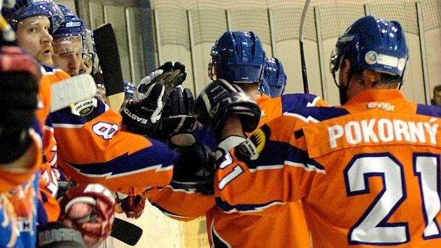 Třetí finále play off II. ligy skupiny Východ Valašské Meziříčí (modré dresy) – Hodonín. První branka Hodonína