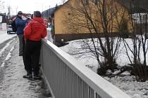 Lidé sledují plující kusy ledu