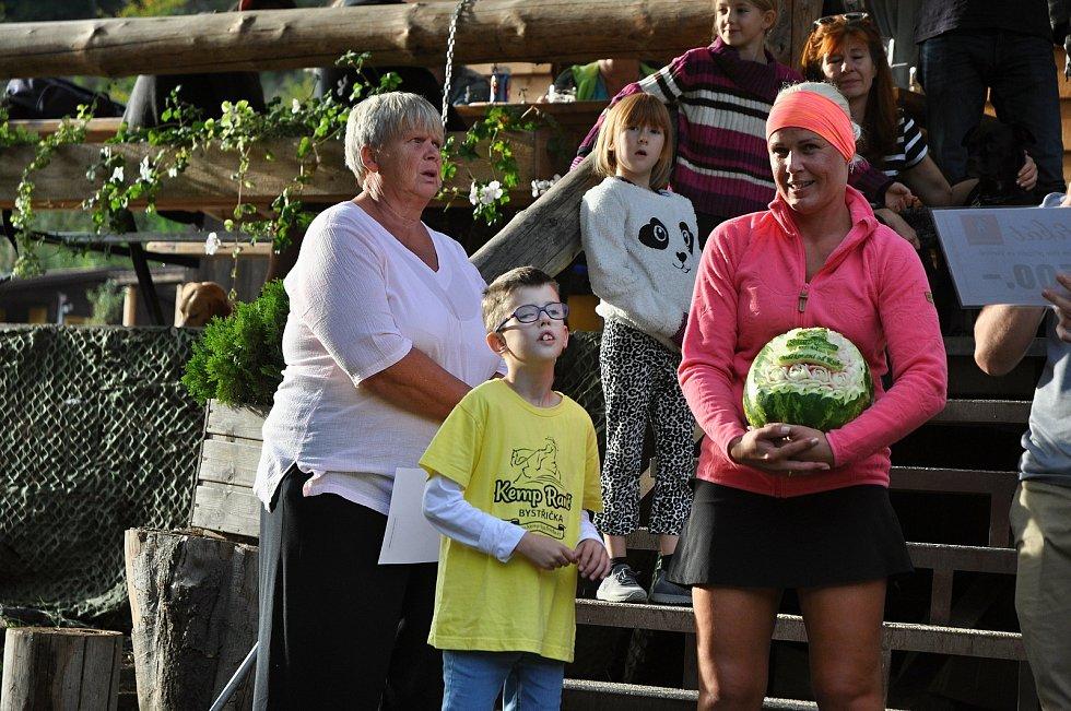 Ester Guryčová (v růžovém) se synem Jakubem v Kemp Ranči Bystřička; sobota 19. září 2020