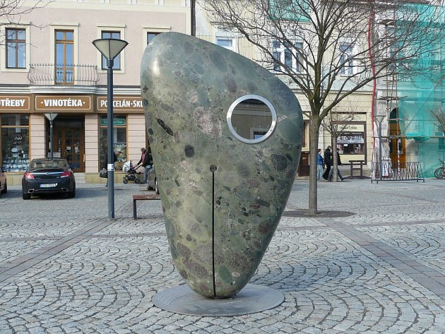 """Plastika """"Planetka Vsetín"""" stojící uprostřed Dolního náměstí."""