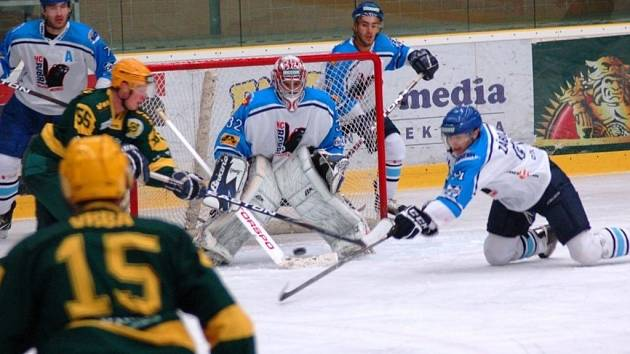 VHK Vsetín - HC Bobři Valašské Meziříčí,  utkání 6. kola druhé ligy Vsetín (zelené dresy) – Valašské Meziříčí.