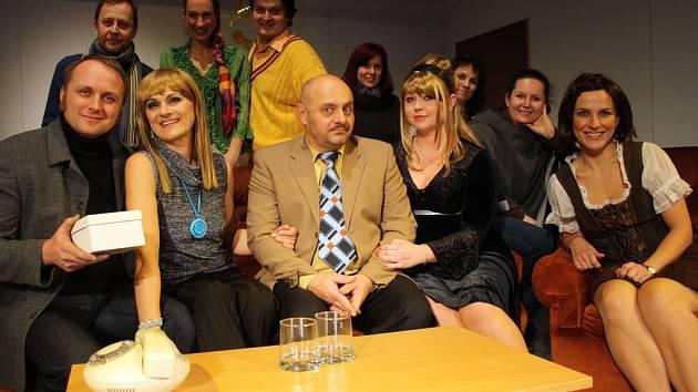 O přízeň poroty se budou ucházet také ochotníci z Divadla v Lidovém domě. Divákům i odborné komisi nabídnou úspěšnou komedii Manželský poker.