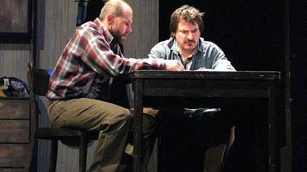Herci Divadla v Lidovém domě ve Vsetíně uvedli v sobotu 27. února premiérově hru Martina McDonagha Osiřelý západ.