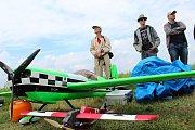 Na druhý ročník Aviatického dne, který se konal v sobotu 15. července v Poličné, dorazily tisíce lidí. Hvězdou programu byl akrobatický pilot Martin Šonka. Při jeho letecké show se divákům tajil dech.