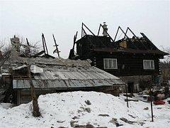 Pavle a Ladislavu Malinovým zbyly po nedělním požáru jen oči pro pláč. Dřevěnici, kterou léta svépomocí opravovali, strávily plameny.