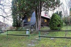Chatka na stráni pod lesem ve spodní části Seninky se stala dějištěm sobotního tragického případu. Jedenašedesátiletá žena tady nožem usmrtila svého pětapadesátiletého manžela.