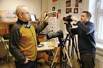 Odborný pracovník meziříčské hvězdárny Jiří Srba (vpravo) s kolegou Petrem Zeleným připravují vše potřebné pro natáčení videa s ukázkami fyzikálních pokusů.
