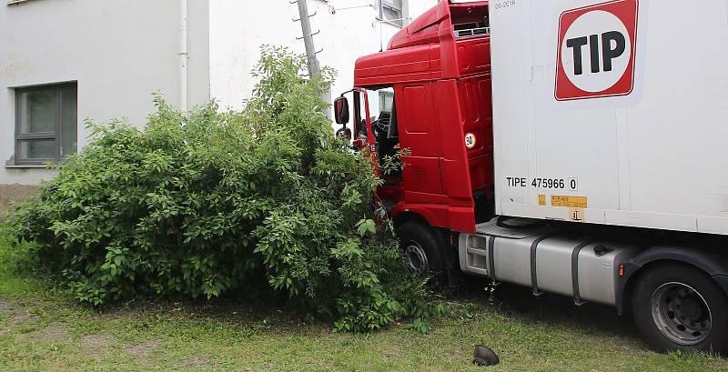 Řidič kamionu nezvládl ve Valašském Meziříčí řízení a narazil do sloupu osvětlení, následně nadýchal 3,94 promile.