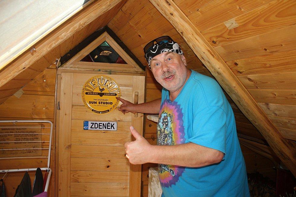 Zdeněk Hrachový, kapelník skupiny Fleret, přežil Koronavirus ve svém domku díky práci na zahrádce a malé podkrovní zkušebně.