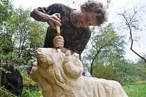 Řezbář Roman Mikuš vyřezává ve své dílně ve Vsetíně figury lidového betléma.