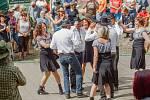 Taneční skupina Kentucky z Nivnice předvádí country tance na 21. ročníku festivalu Starý dobrý western v Bystřičce na Vsetínsku.