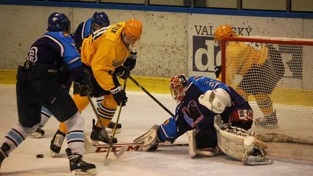 Hokejisté Valašského Meziříčí (modré dresy) ve středečním utkání 8. kola druhé ligy doma prohráli se Vsetínem 2:5.