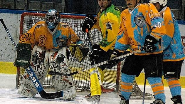 Pohár bobra: hokejisté HC Ratiboř (v oranžových dresech).