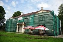 Empírový zámek v Hošťálkové, který nechal v letech 1842 až 1844 postavit majitel panství hrabě Frydrych Chorynský z Ledské. V současné době se pracuje na jeho opravě. Hošťálková, čtvrtek 5. června 2014.