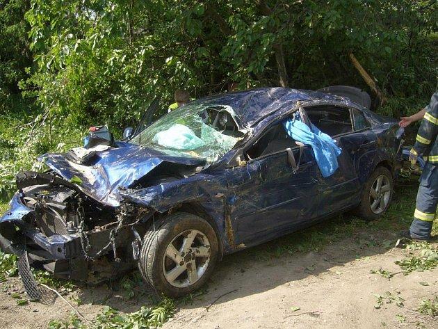 Vozidlo havarovalo mimo vozovku a přes svodidla do hlubokého příkopu