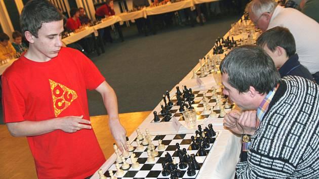Třicet partií. Nadějný šachista Vojtěch Plát z Prostějova sehrál šachovou simultánku se třiceti soupeři.