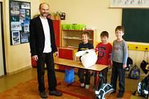 Děti z Francovy Lhoty předaly mouku Milanovi Uhlířovi ze společnosti Unita. Organizace jim z mouky zhotoví hostie k jejich 1. svatému přijímání.