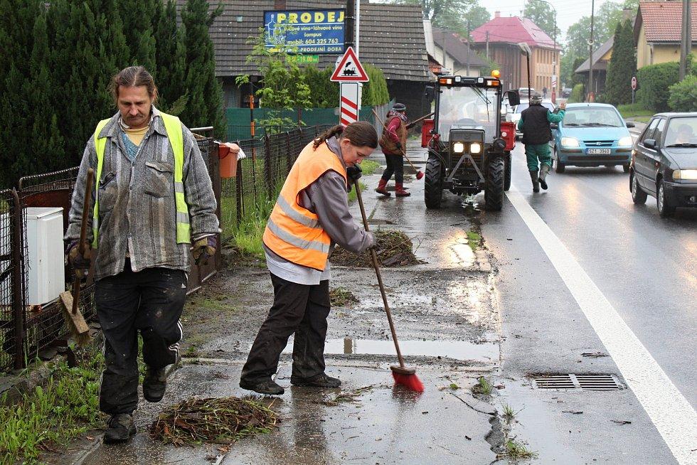 Obyvatelé Ústí u Vsetína likvidují 23. května 2019 následky velké vody. Obecní zaměstnanci Pavlína Tydlačková a Jiří Adámek nastoupili na úklid v 6 ráno.