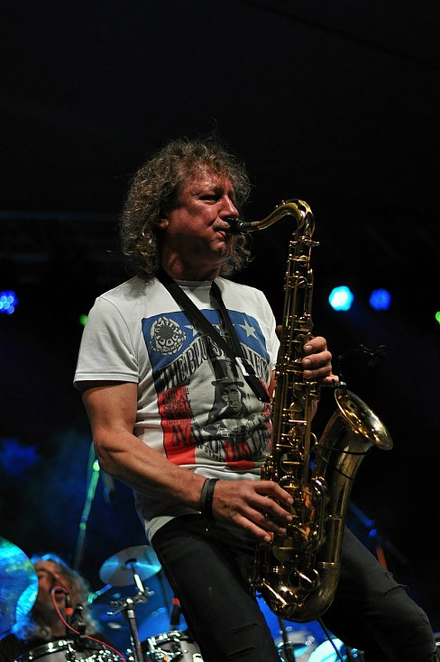 Kapela Flamengo Reunion Session koncertuje na II. nádvoří zámku Žerotínů ve Valašském Meziříčí na 39. ročníku folk-blues-beat festivalu Valašský špalíček (na snímku Vladimír Boryš Secký); sobota 26. června 2021