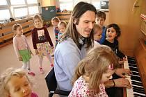 Jan Kašpar Niebauer je teprve druhý učitel mateřské školy ve Valašském Meziříčí. Jeho předchůdce, stejně jako nyní on, působil před dvaceti lety v mateřince v Kraiczově ulici.