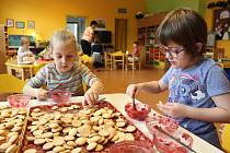 Děti ve vsetínské mateřince Na Kopečku, která byla nedávno vyhlášená za Nej školku v České republice, se nenudí. Před Vánocemi pečou cukroví, připravují se na besídku nebo kreslí dopis Ježíškovi.