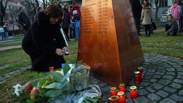 Pietní akt u památníku obětem totalitního režimu v Panské zahradě ve Vsetíně