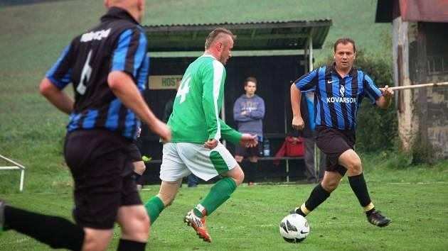 Fotbalisté Branek (zelené dresy) doma prohráli s Lužnou 0:2.