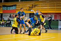 Extraligoví házenkáři Zubří (ve žlutém) v rámci dohrávky 9. kola doma porazili Kopřivnici 30:25 a připsali si třetí výhru v řadě. V novém roce jsou Valaši zatím stoprocentní. Na snímku: Marek Bukovský.