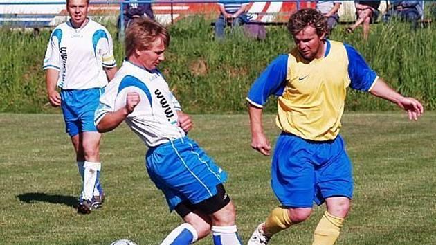 Fotbalisté Hrachovce (ve žlutomodrém) se potkali na jaře s dobrou formou a kráčí k záchraně v 1. A třídě. V tomto utkání porazili Lidečko 2:0.