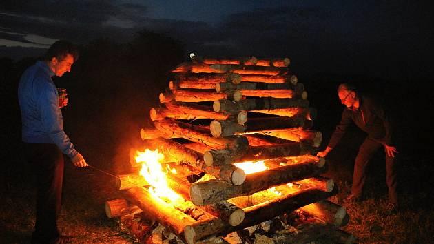 V Kladerubech v roce 2020 obnovili tradici zapalování svatojánské vatry.