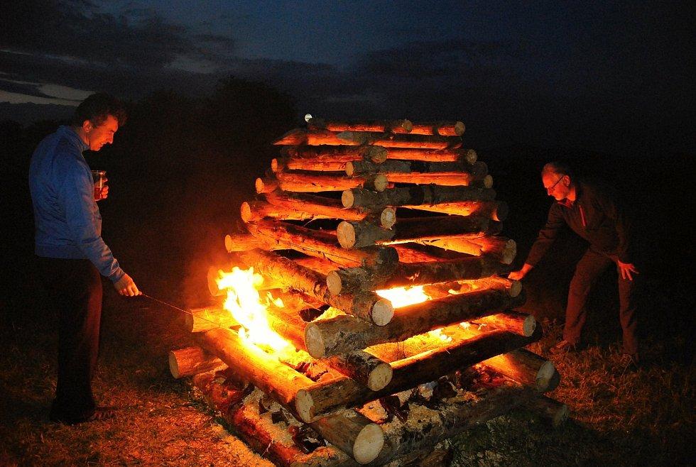 V Kladerubech v roce 2020 obnovili tradici zapalování svatojánské vatry. Zapálení hranice se ujal starosta Miloš Konečný (vpravo) a farář Jan Bleša.