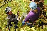 Kateřina Křížková z radnice ve Valašském Meziříčí (ve fialovém svetru) zkouší v pátek 17. května 2019 v zámeckém parku v Lešné u Valašského Meziříčí pod vedením zkušených arboristů horolezecké vybavení a výstup do koruny stromu.