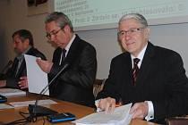 Miroslav Krchňák (zcela vpravo) byl zastupitelem po čtyři volební období. Do křesla usedl po Dagmar Lacinové.
