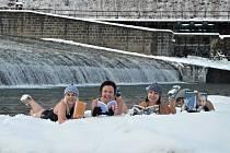 Vsetínské knihovnice pokořily ledovou Bečvu.
