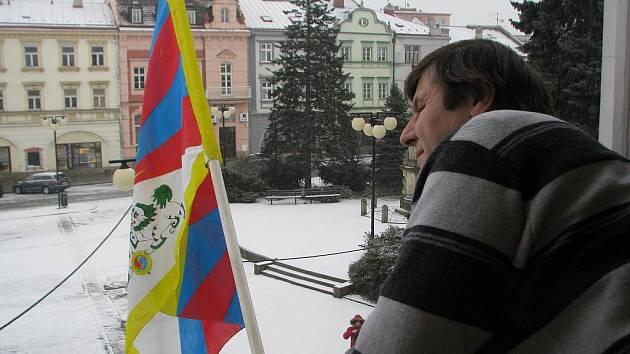 Na radnici ve Valašském Meziříčí dnes vyvěsili tibetskou vlajku.
