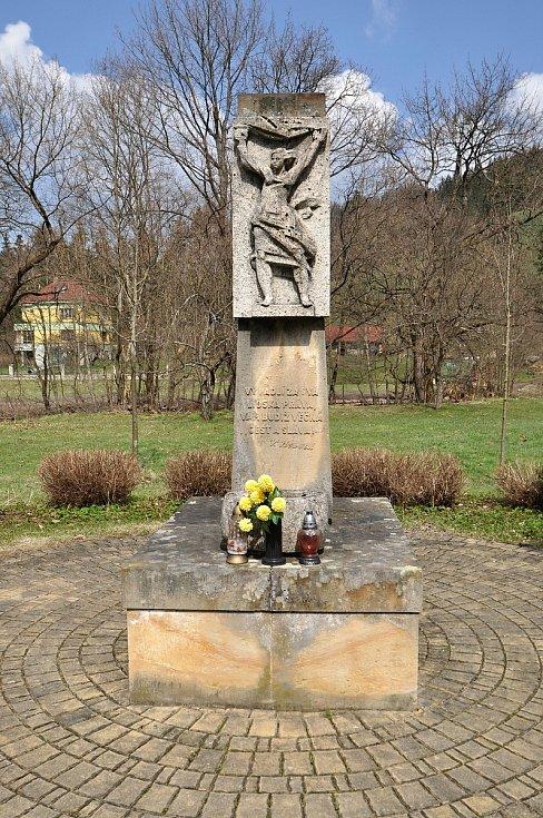 Velké Karlovice - pomník obětem války.