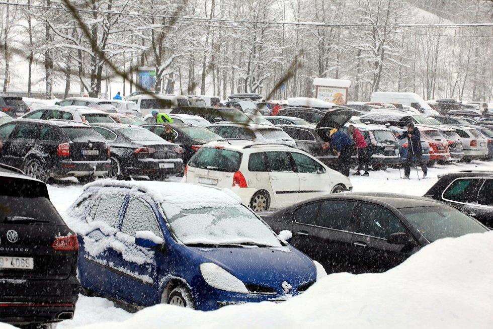 Zasněžené Velké Karlovice v lednu 2020. Zaplněné parkoviště.
