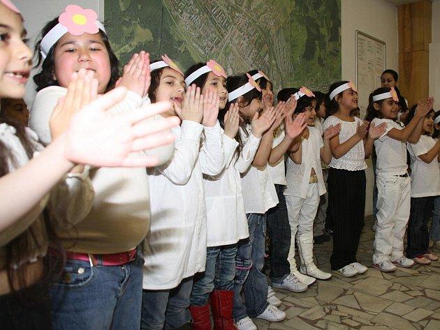 Vernisáž výstavy Šikovné ručičky, dětí naší školičky doprovázely taneční a hudební vystoupení.