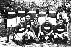 Fotbalisté v 50. letech minulého století. Sportovní klub ve Vidči vznikl v roce 1944. V 60. letech bylo vybudováno škvárové hřiště a budova, která měla být zázemím hráčů kopané i dalších oddílů a v níž byl i byt pro správce.