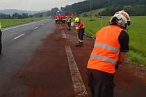 Hasiči likvidují v pátek 25. června 2021 odpoledne následky dopravní nehody dvou osobních vozů a kamionu u Vsetína. Při střetu do půdy unikly stovky litrů nafty z proražené nádrže.
