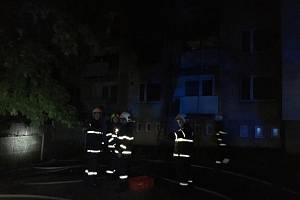 Hasiči zasahují v pátek 16. srpna 2019 večer u požáru v panelovém domě v sídlišti Luh ve Vsetíně.